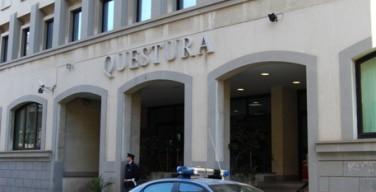 Una volante della polizia davanti la Questura di Reggio Calabria
