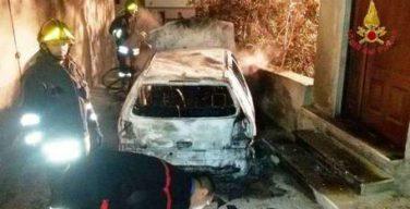 Incendiata auto di un pensionato nel crotonese, danni a portone abitazione
