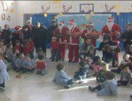 San Ferdinando, l'associazione Santa Barbara porta i doni ai bambini della scuola materna