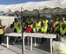 Gioia Tauro, i Lions consegnano 200 giubbini catarifrangenti ai ragazzi extracomunitari della tendopoli di San Ferdinando.