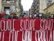 Studenti in piazza contro il governo. le scuole sicure sono quelle che non crollano
