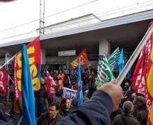 Con i lavoratori in presidio! Bloccati i binari della stazione di Villa San Giovanni