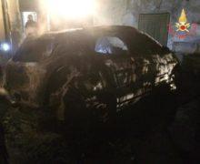 In fiamme auto, nessuna ipotesi esclusa