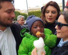 Tra dolcetti e sorrisi, grande successo all'iniziativa di Articolo 1/ Leu a Piazza Italia per dire no al razzismo