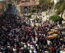In 3000 a funerali vittime incidente Lungo applauso accompagnato feretri, lenzuola bianche a balconi