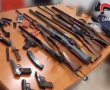 Arsenale trovato a casa di una coppia Carabinieri scoprono 8 fucili, una mitraglietta e 4 pistole