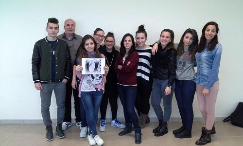 Annarita Conia con i suoi compagni di classe mostra il logo realizzato