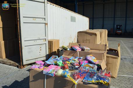 Gdf sequestra nel porto di Gioia Tauro prodotti contraffatti