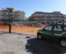 Marina di Gioiosa Ionica (RC) – Due imprese edili demoliscono una scuola per ricostruirla, ma non rimuovono le macerie. Denunciati i due amministratori