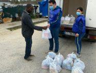 Palmi, l'associazione Virtus dona prodotti alimentari e mascherine ai migranti del campo container di Rosarno