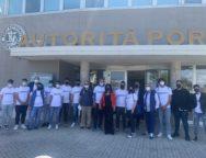 """Accolti da Agostinelli, gli studenti dell'Istituto Superiore """"Petrucci – Ferraris – Maresca"""" di Catanzaro hanno fatto visita al porto di Gioia Tauro."""