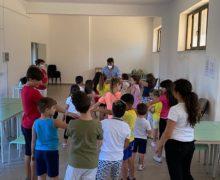 """A San Cosmo Albanese un progetto educativo tra gioco e tradizione Arbёreshё  Il sindaco Baffa: """"I bambini tornano a fare comunità anche grazie alla riscoperta della lingua"""""""
